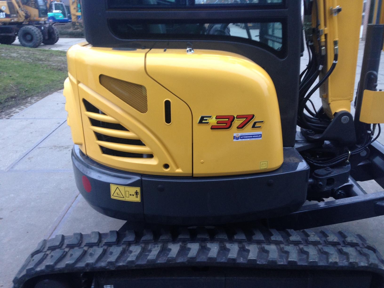 New Holland E37C voor de Bloklandse paal.
